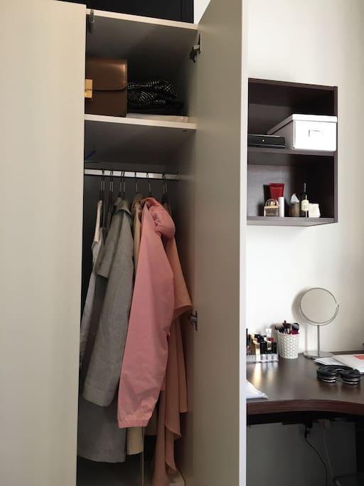 卧室衣橱和书桌。您来时已清空。