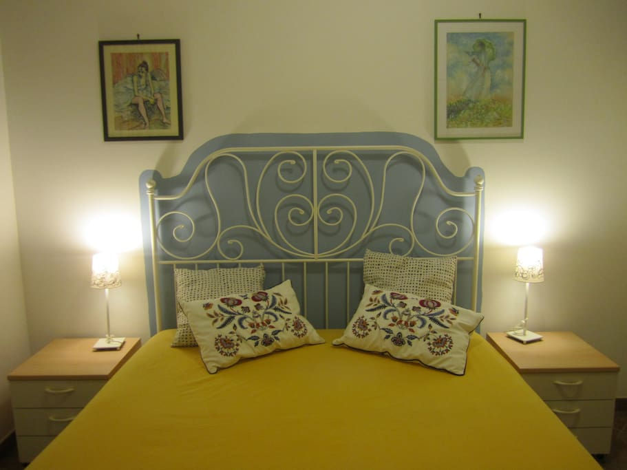Camera matrimoniale con comodini, armadio a 3 ante, specchio, sedia in legno e aria condizionata - Double bedroom with bedside tables, wardrobe, mirror, chair and air conditioning.