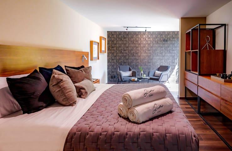 Habitación amplia con cama king size cómodamente equipada. Cuenta con SmartTV