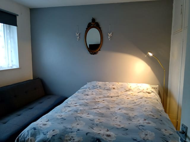 Double room & sofa bed. sleeps 3 females & familys
