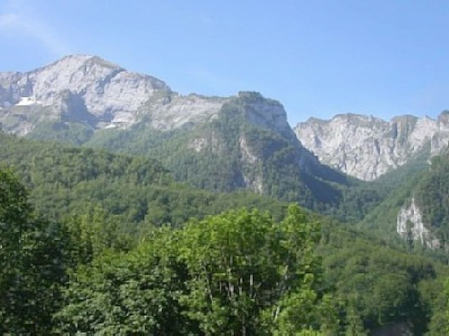 les sommets en face , vue de la terrasse