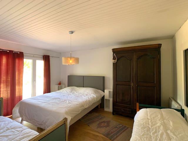 Voici la grande chambre de la petite maison de Katalpa, il est possible de faire 4 lits simples ou 1 double et 2 simples.