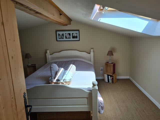 Chambre à l'étage avec un lit double Literie entièrement neuve