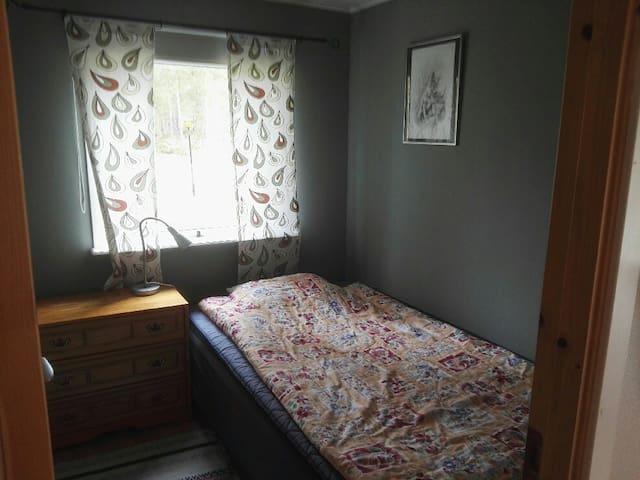 Gröna rummet med en 120 cm bred säng.