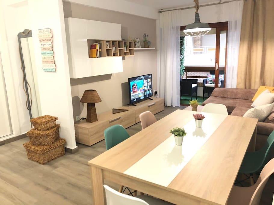 Salón espacioso con aire acondicionado