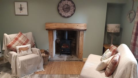 A Cozy Bothy Retreat with Hot Tub!