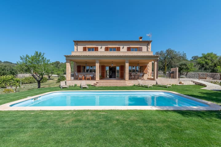 Fantastic Country House with Pool, Wi-Fi, Veranda and Garden; Parking Available