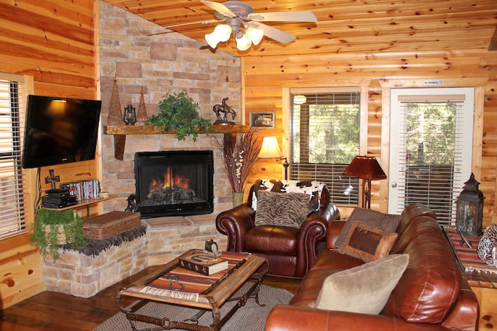 Luxury Cabin*Fireplace*Internet*Cable*Porch, Pools
