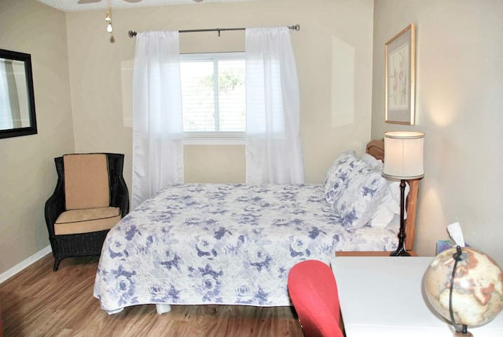 Beautiful and Comfortable bedroom, walk to UTSA