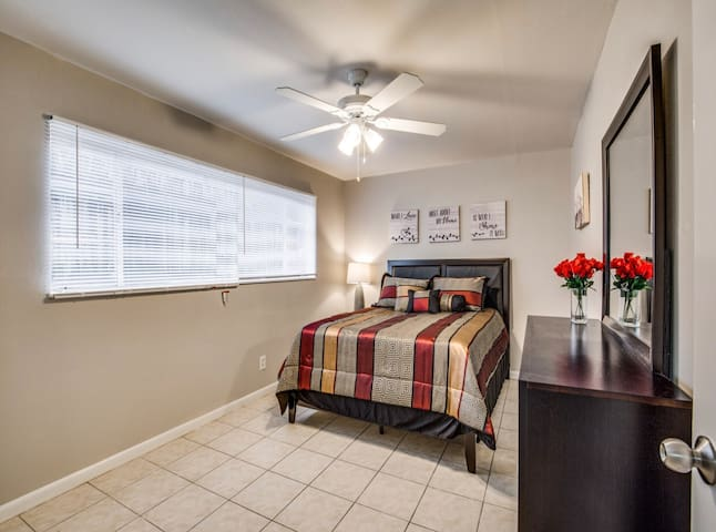 ⭐️Spacious 1BD w/ QueenBed, FastWifi Washer/Dryer!