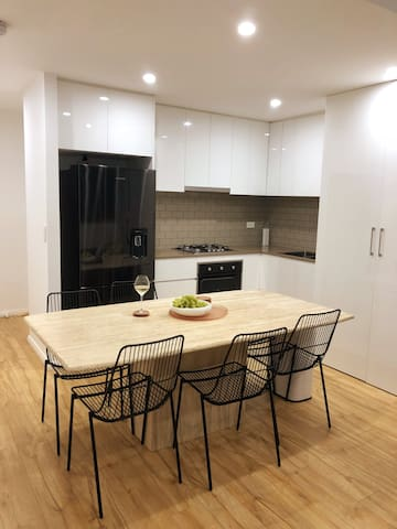 Entire modern apartment Ashfield