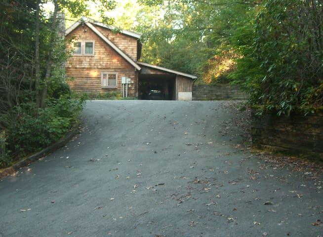 Perry's Place, Log Home Near Lake Logan (Sleeps 8)