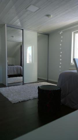 Yläkerran kolme makuuhuonetta, vain vieraiden käytössä.