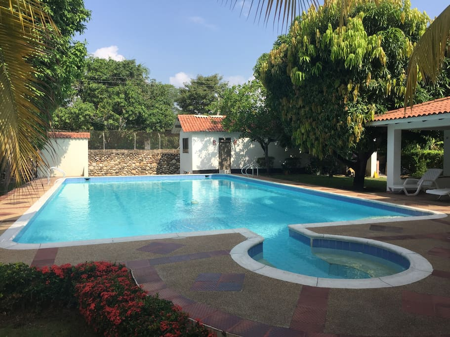 Amplia piscina de 8 x 14 m Profundidad: Mín 1.15 m - Máx 1.90 m