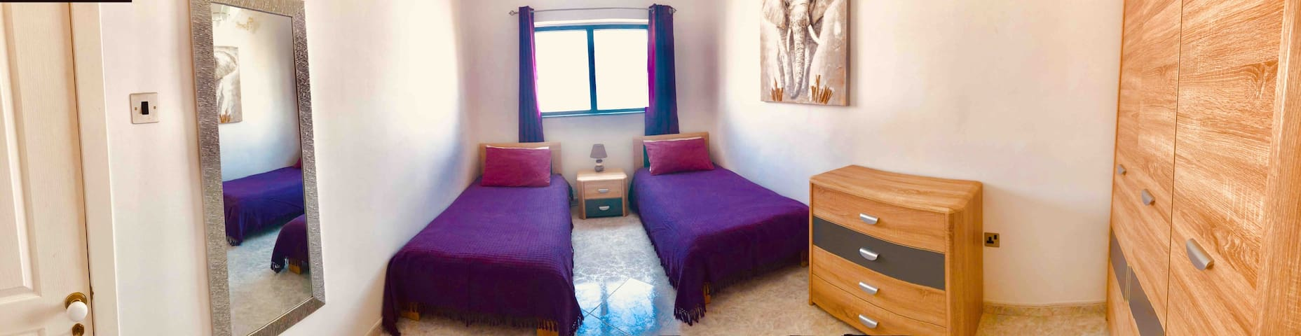 Private twin room walking distance to the sea