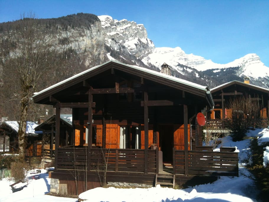 Baby-lift in front of the chalet. 2 minute walk to the ski bus to the fabulous Grand-Massif ski resort (Flaine).
