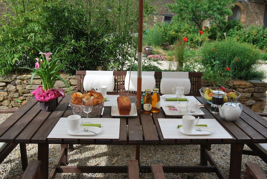 Selon votre souhait le petit déjeuner est servi en terrasse.