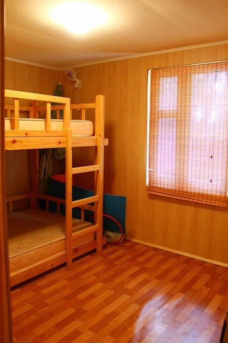Отдельная комната с полуторо-спальной двухярусной кроватью