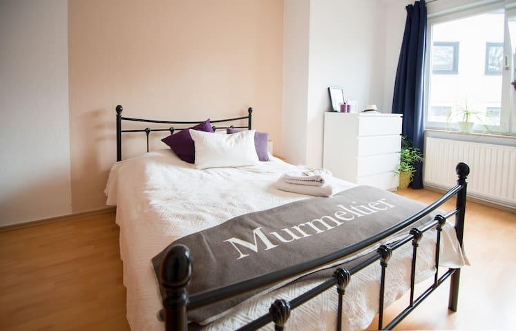 Großes Bett im Schlafzimmer