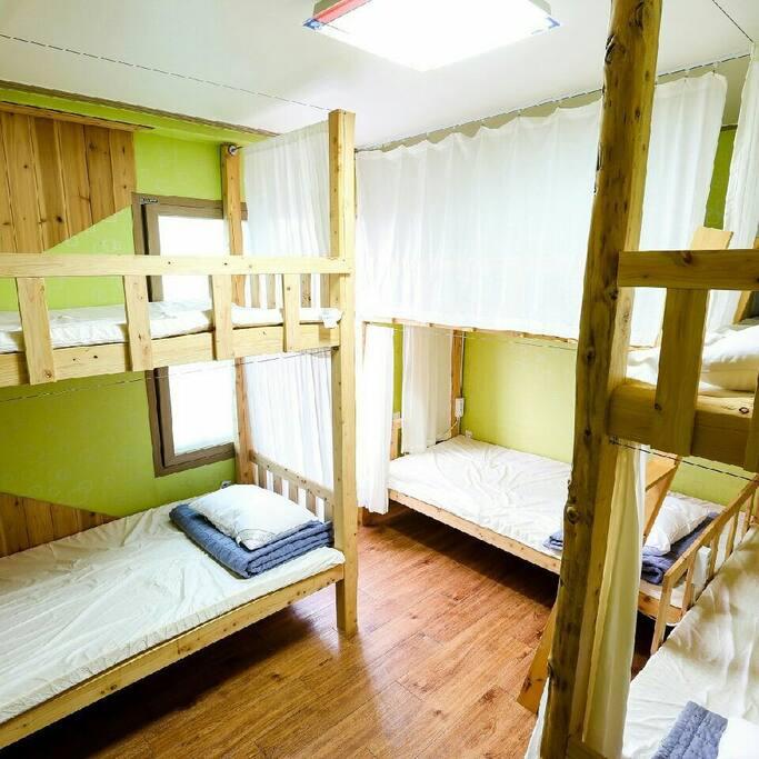 도미토리 6인실, 2층침대 3개, 라텍스매트리스, 편백나무프레임