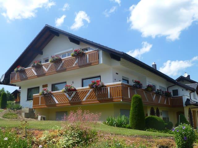 Ruhige und gemütliche Ferienwohnung mit Balkon