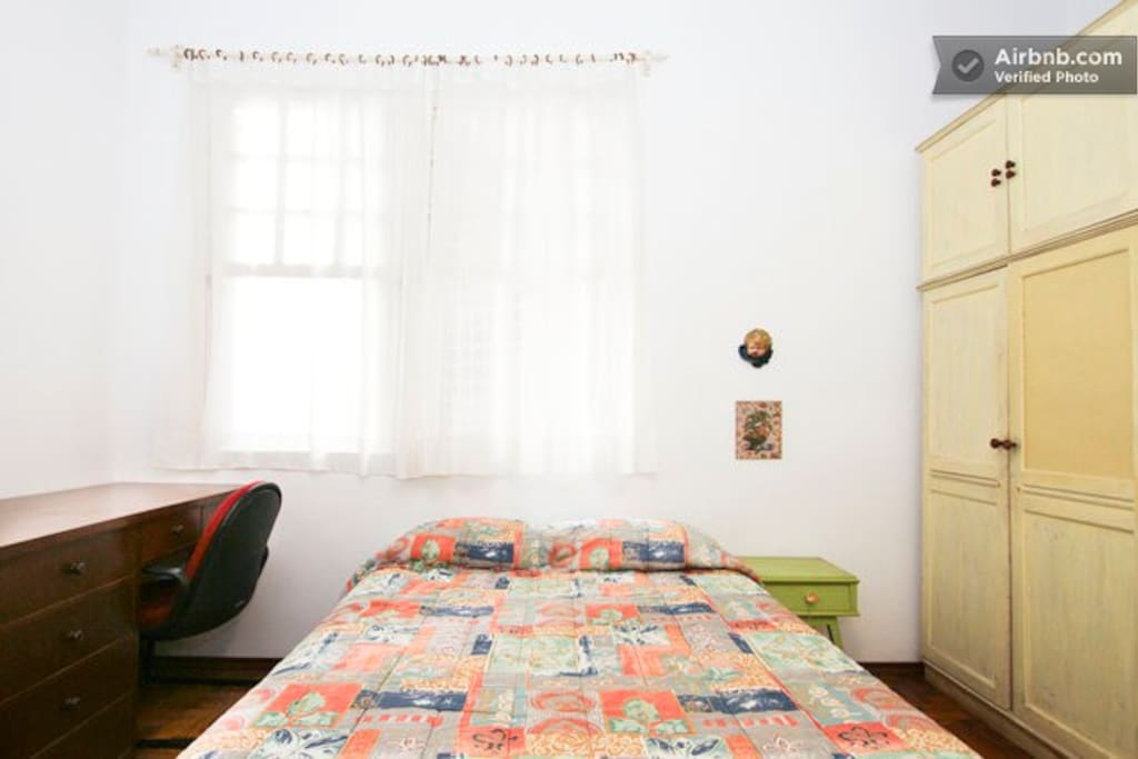 Suite com armário e escrivaninha
