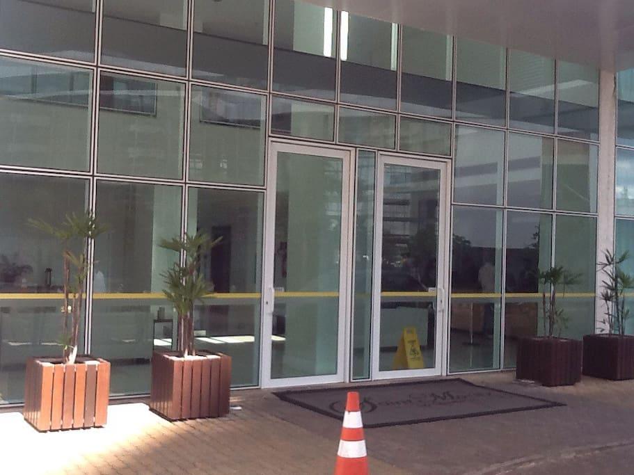 Entrada do prédio. Building entrance.