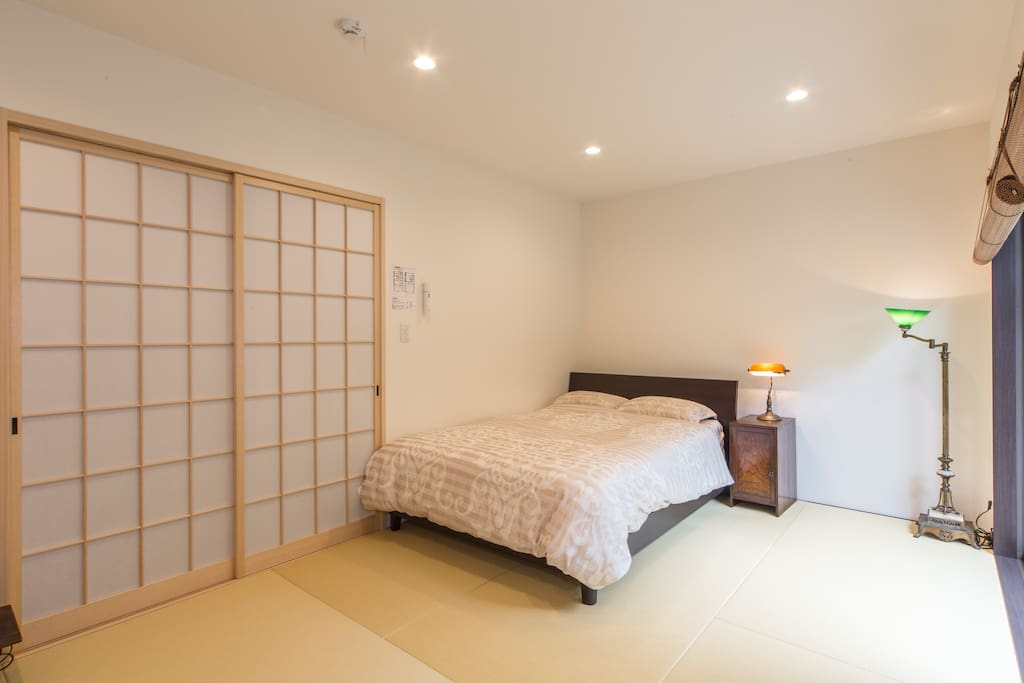 This is a double bed. You can relax on the bed while looking at a garden.