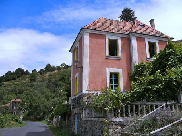Maison rose in de Auvergne - Pébrac