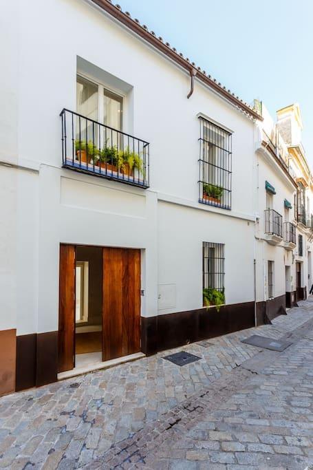 fachada completa con vistas de la calle