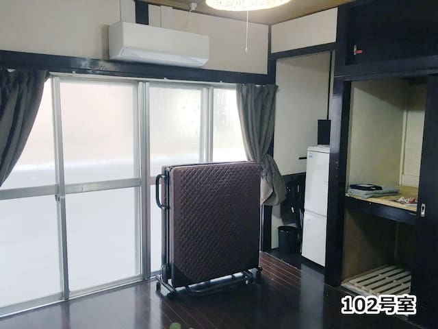 各部屋に窓が有り風が入り衛生的である。 There is a window in each room, wind enters and it is hygienic. 各部屋は鍵が有り個室である。 Each room has a key and is a private room.