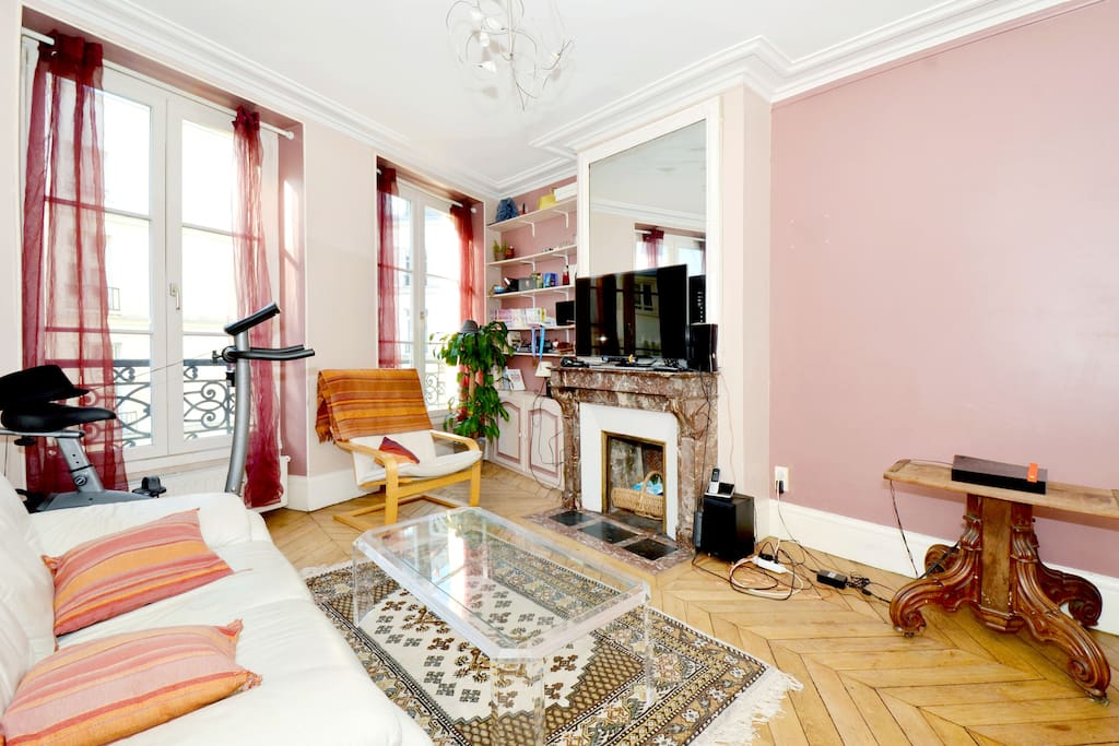 living room, big HDTV, cable TV, Xbox 360, Kinect, WIfi, ...