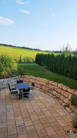 Auf dieser Terrasse können unsere Airbnb-Gäste ihren Tag ausklingen lassen.