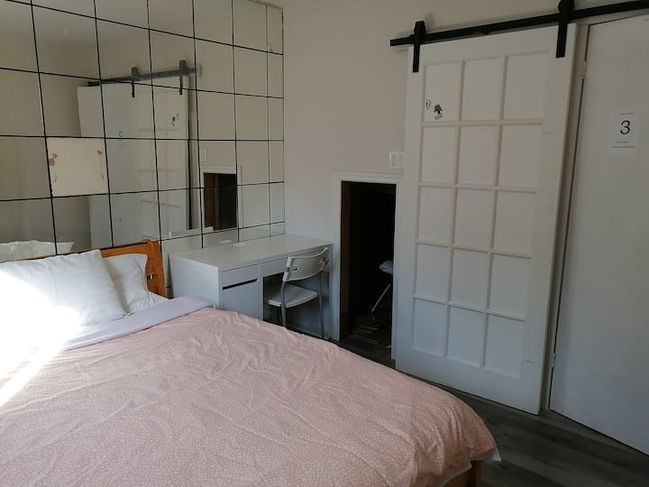 1 BR with a WR at Coleman Close to Subway Station