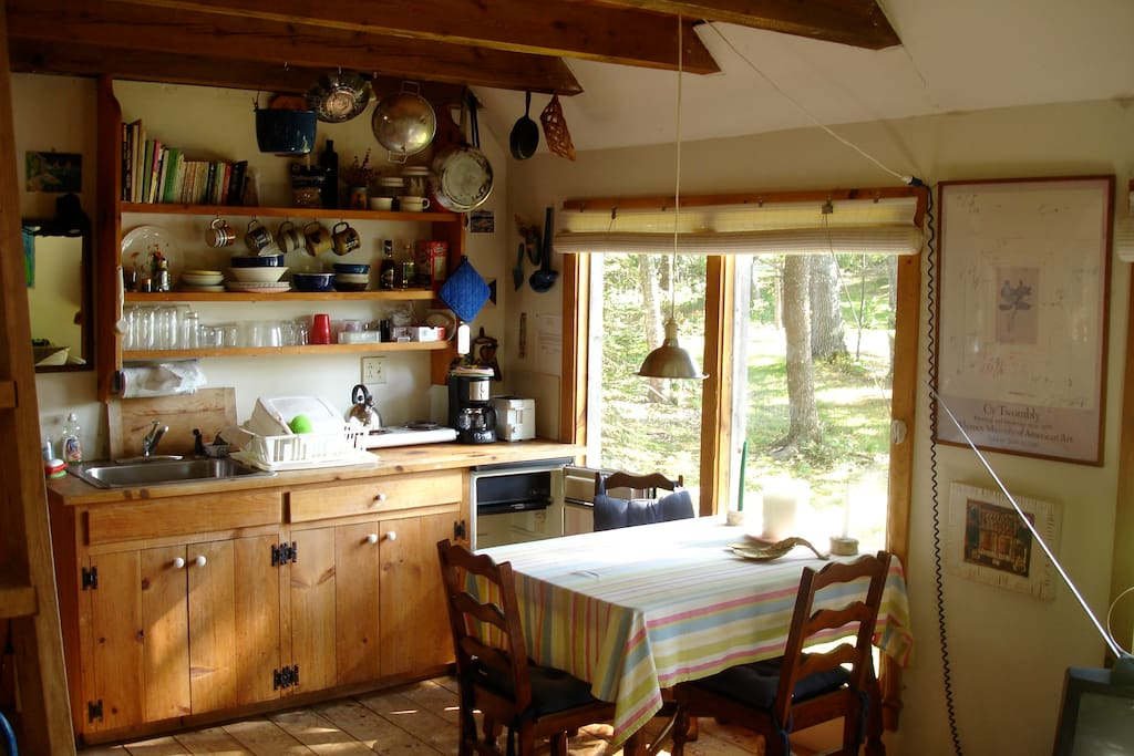 The eat-in table and kitchenette