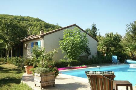 Belle maison de vacances à Espère avec piscine