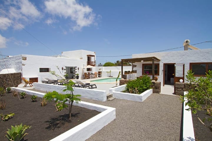 Tiagua 81, 2 bed Rubicon Cottage, Pool, Surf, Wifi