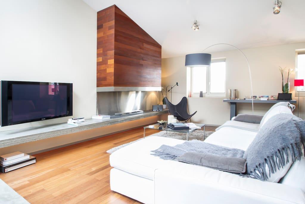 tv écran plat avec cheminée