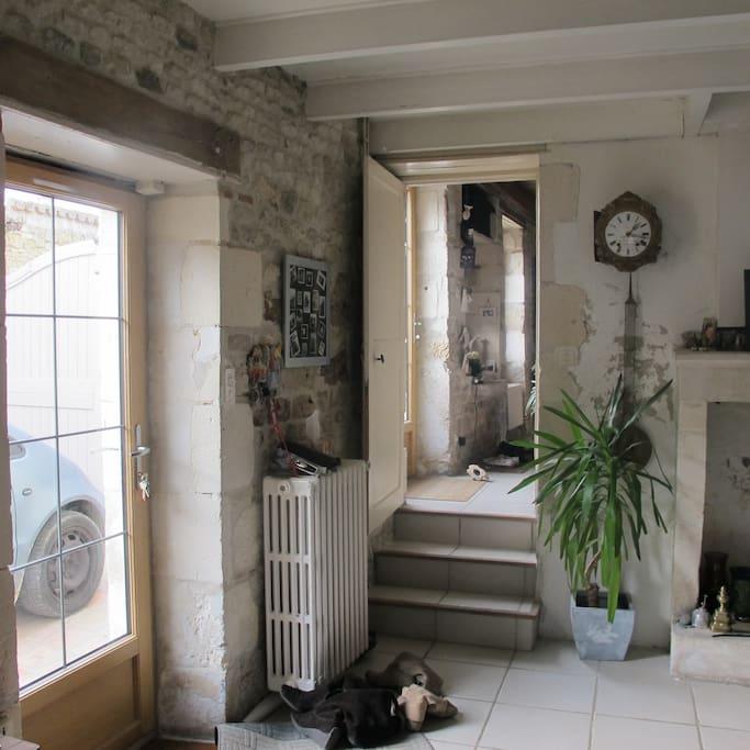 Entrée qui donne dans la salle à manger cuisine et accès au salon et jardin par les marches