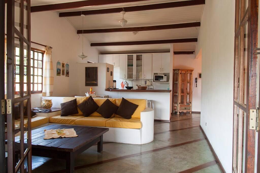 Sala de estar com vista para a cozinha.
