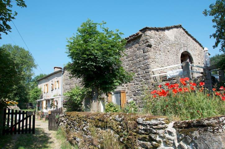 Old sunny farm in S. E. Ardeche - Saint-Étienne-de-Lugdarès - Dům