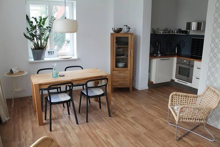 Essbereich mit offener Küche.