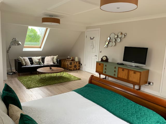 Large guest suite close to Stonehenge & Longleat