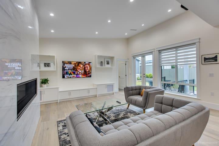 New Luxury 3000 sqft Home -Mins to Skytrain w/ A/C
