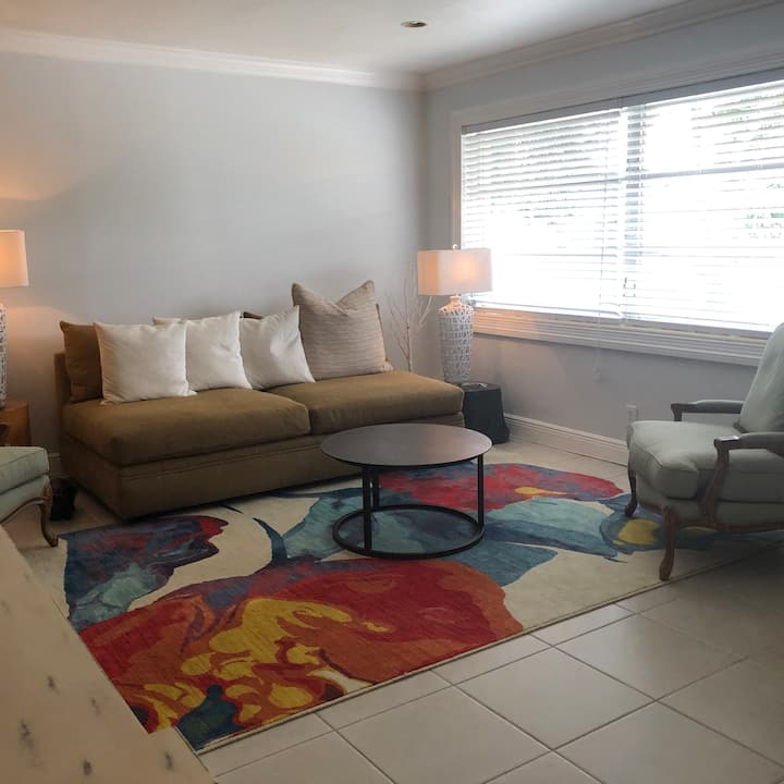 Awesome 3/2 bungalow 1.5 miles to the beach!
