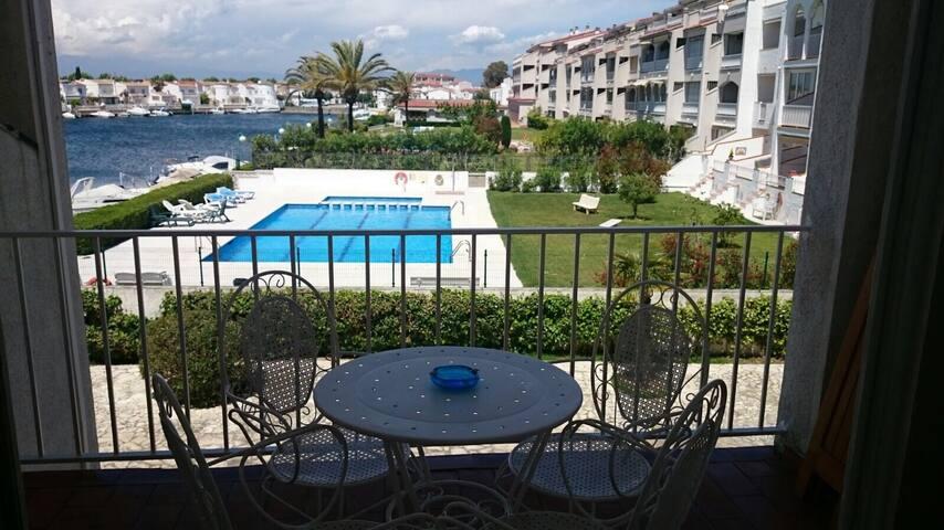 Apartamento tranquilo con vistas al canal.