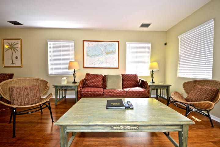 Dog-friendly condo w/ private hot tub & shared pool - close to shops & beaches