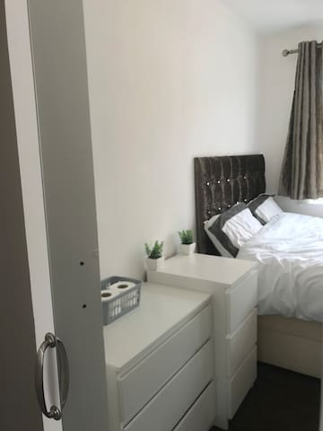 Contemporary room in Docklands 15 mins from city