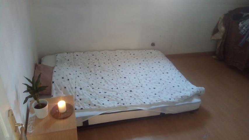 Chambre cosy avec matelas neuf idéal pour 2pers