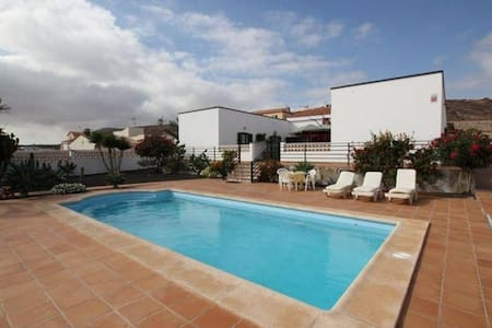 Private room for 2 in an amazing Villa - La Oliva - Huvila